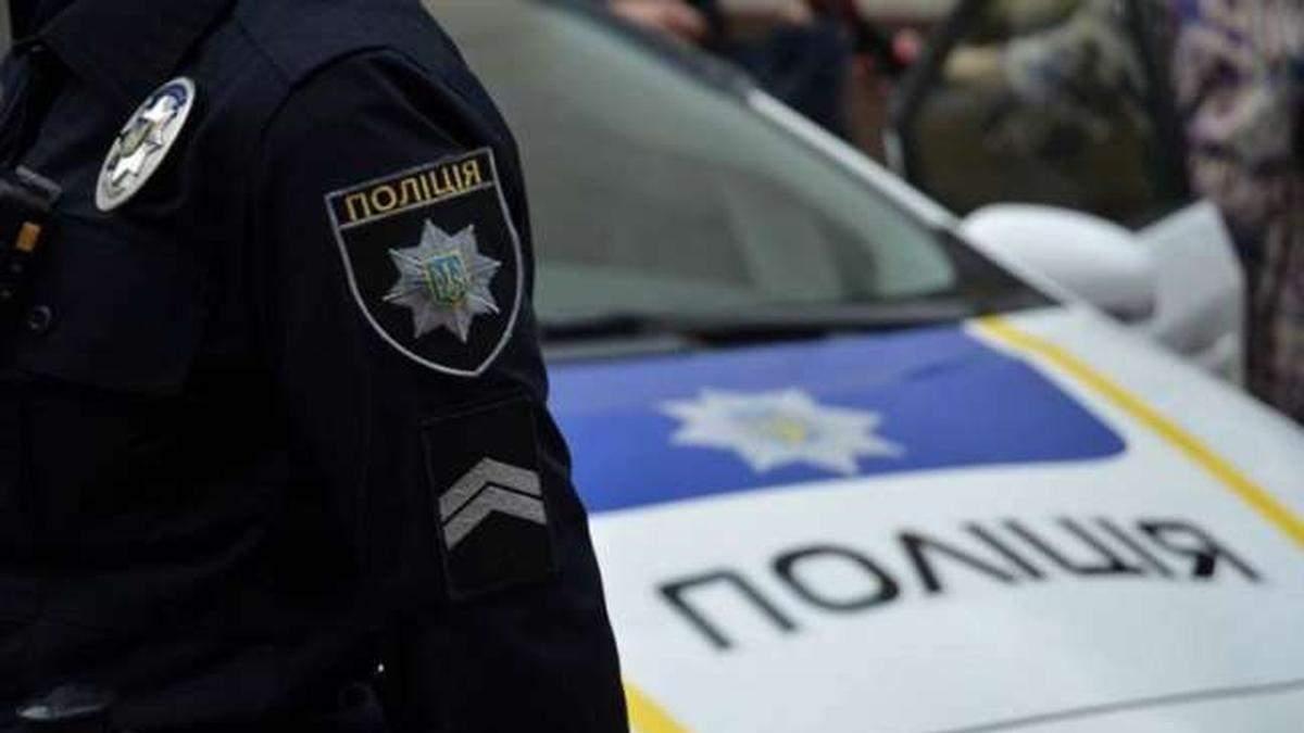 У Києві на тротуарі водій прокатив жінку на капоті