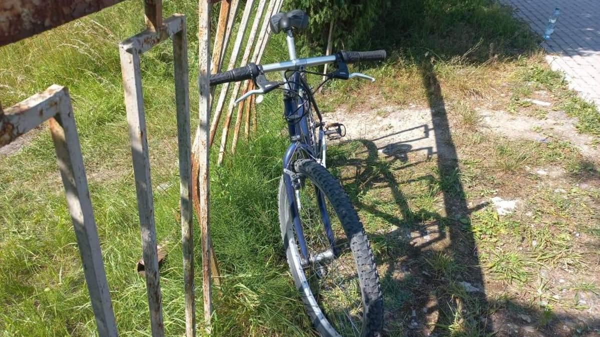 На Львовщине произошло нетипичное ДТП: столкнулись восьмерка, мопед и велосипед - фото