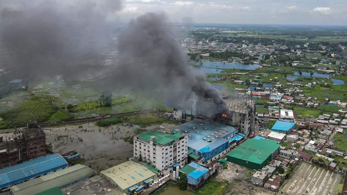 В Бангладеше 8 июля 2021 сгорела фабрика по производству соков