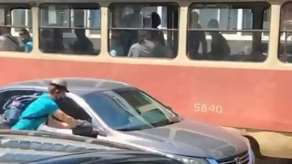 В Киеве пассажир трамвая оторвал зеркало в Honda