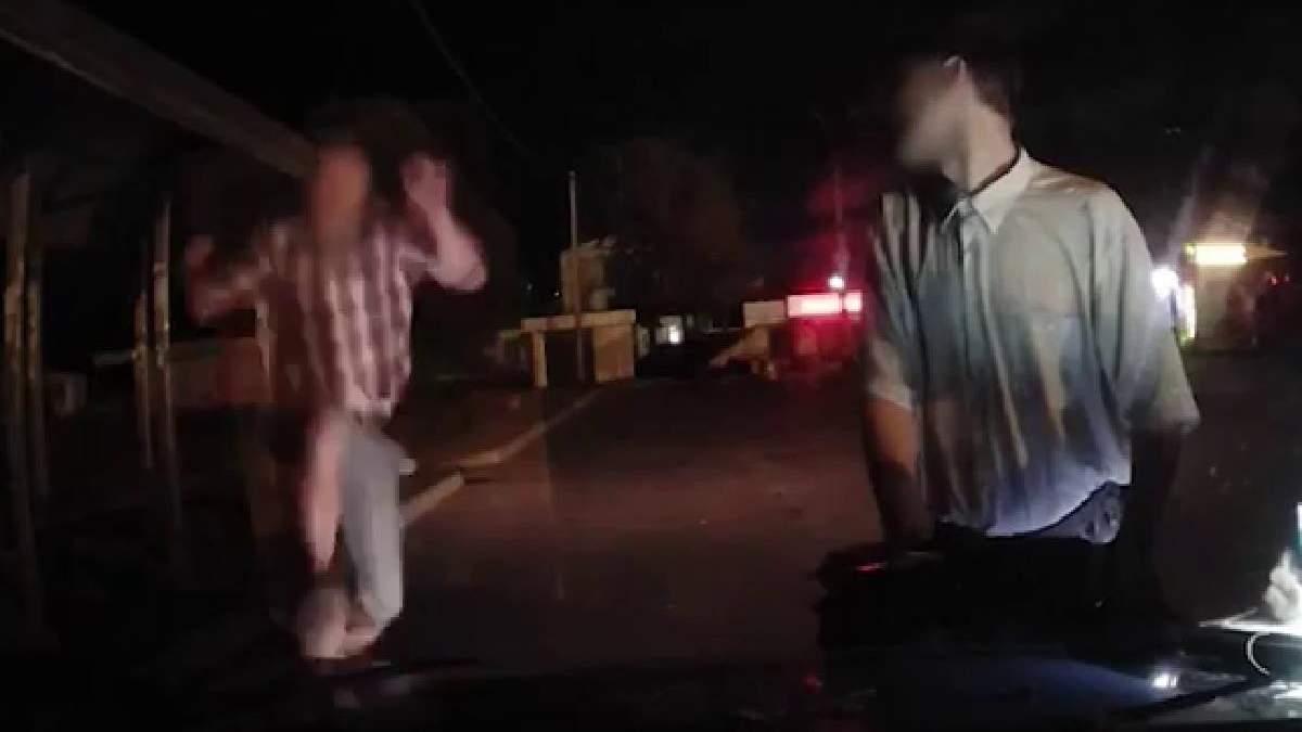 У Фастові чоловік вночі атакував авто патрульної поліції: відео