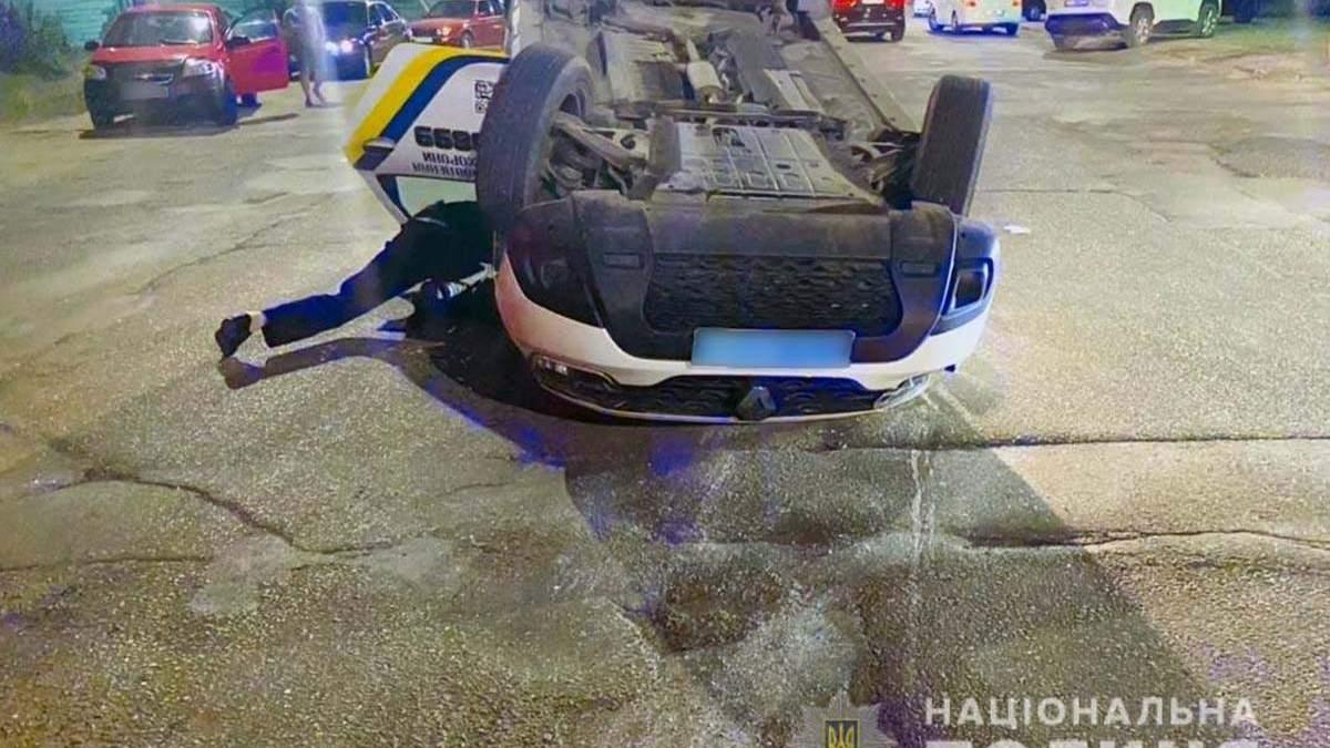 ДТП у Чернівцях: авто поліції перевернулось посеред дороги