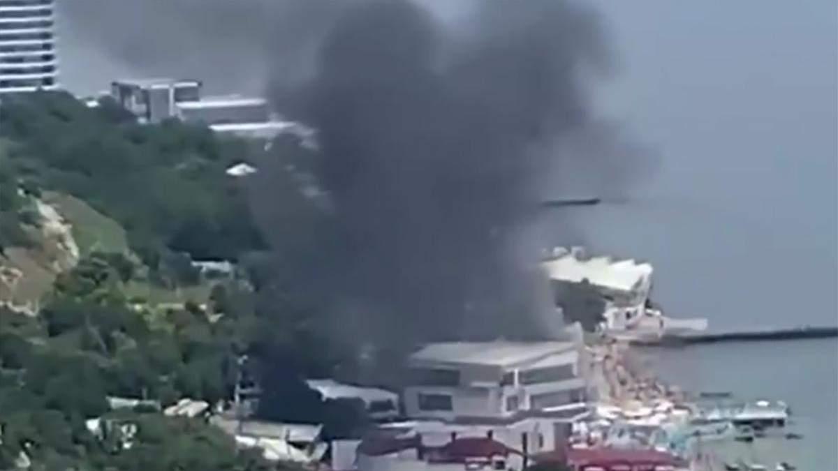 Загорівся готель на Аркадії в Одесі: що відомо – відео