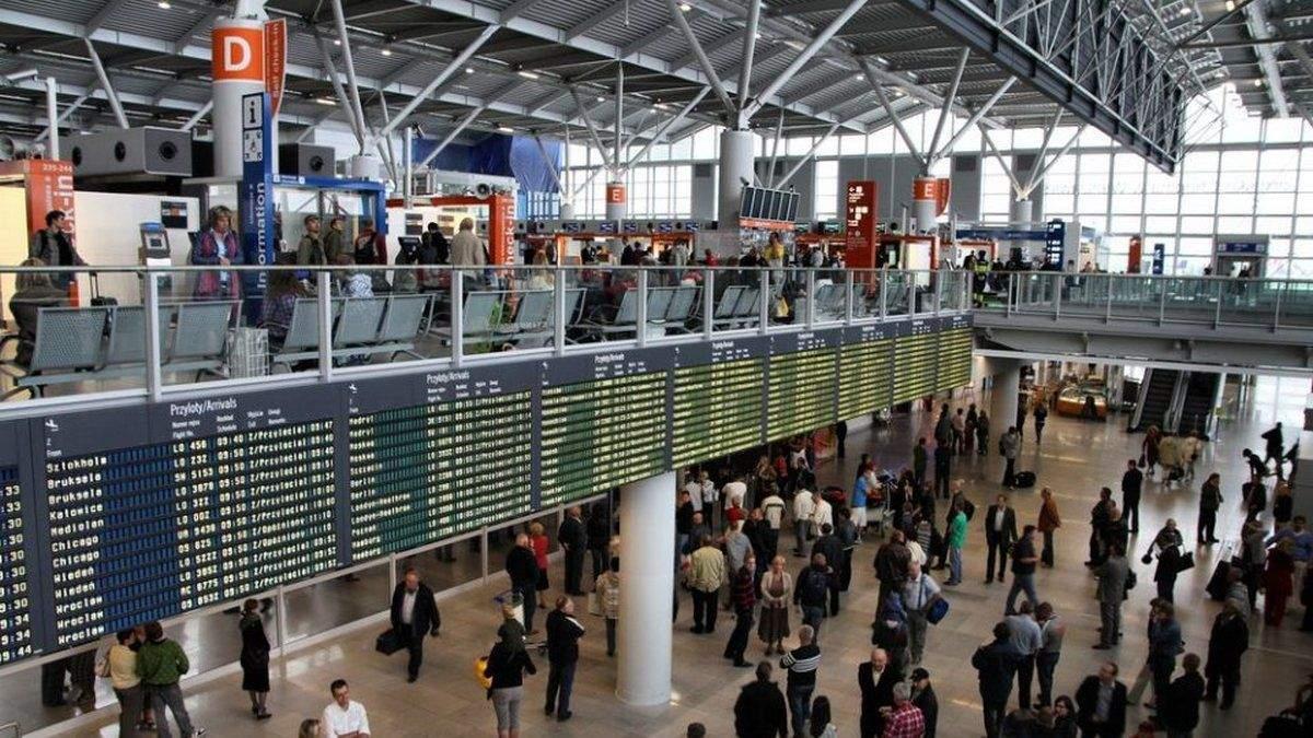 Естонський посол у аеропорту Варшави не хотів вдягнути маску