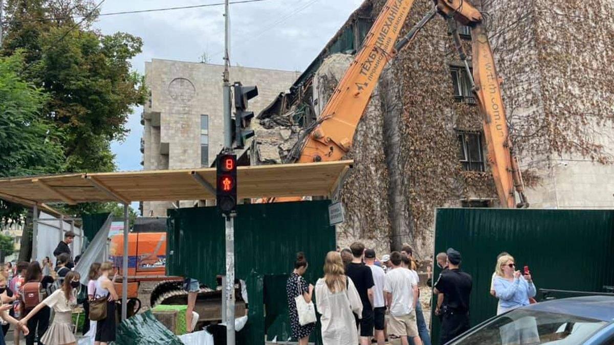 В Киеве начали демонтаж здания Цветы Украины: активисты протестуют