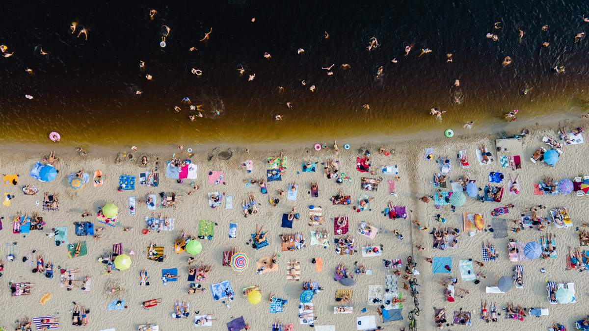Кияни рятуються від спеки біля води: на столичних пляжах не пройти