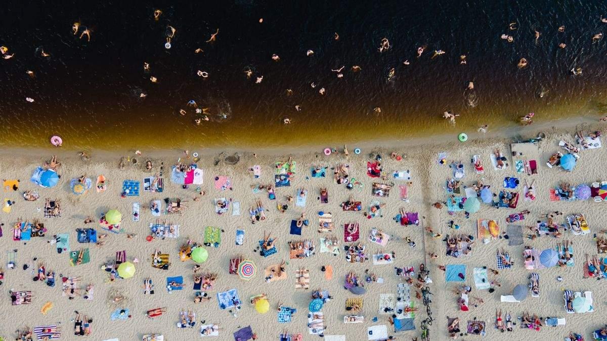 Киевляне спасаются от жары у воды: на столичных пляжа не пройти