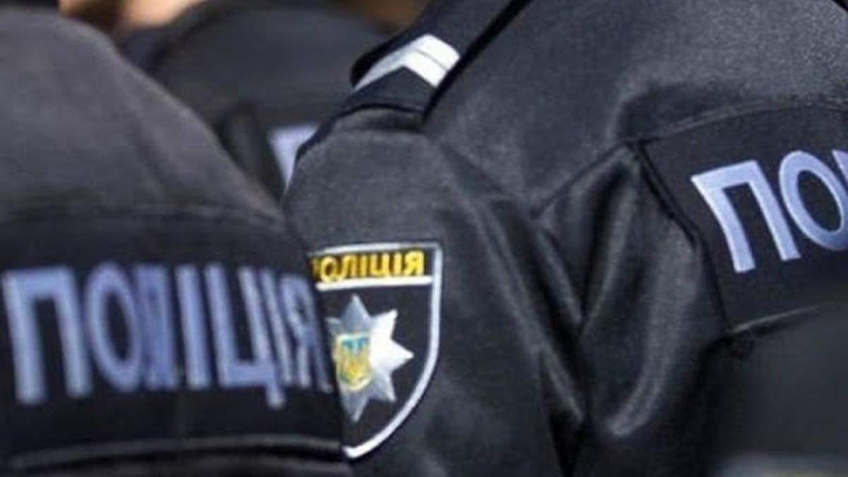 В Киеве патрульные задержали мужчину и девушку, снимавшую это на видео