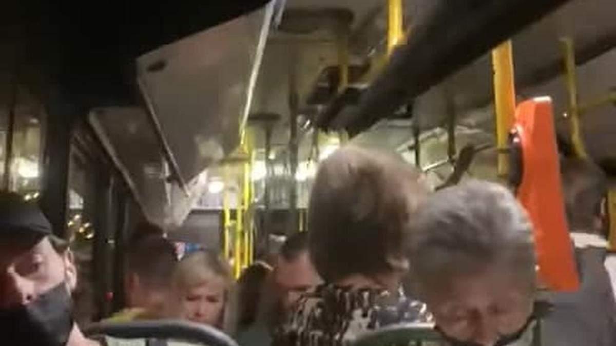 Троєщиною їздить автобус, де над головами пасажирів звисає шмат стелі