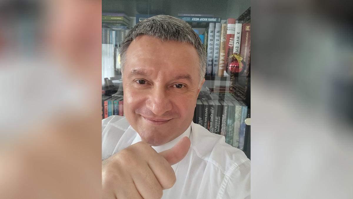 Аваков обнародовал фото после подписанного заявления об отставке