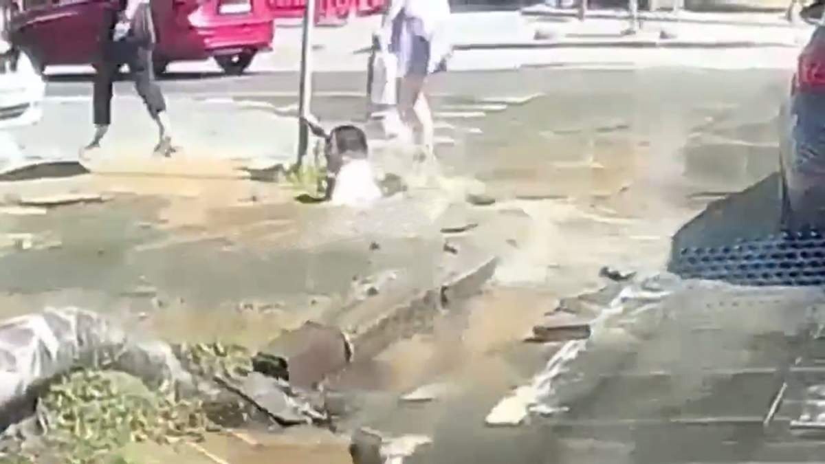 Девушка провалилась под тротуар в Днепре: какая причина – видео