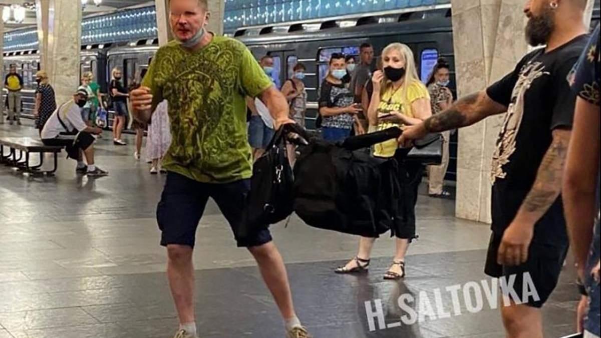 В Харькове в метро мужчина избил пассажира через рюкзак