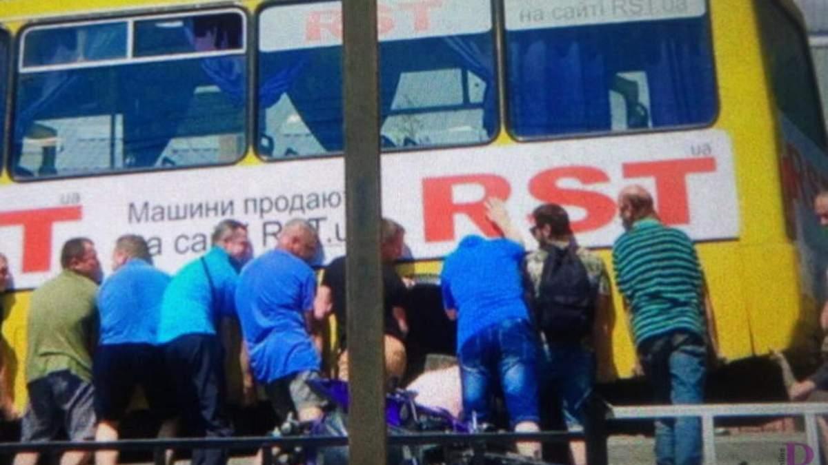 Подняли автобус, чтобы освободить мотоциклиста: возле Львова произошло сокрушительное ДТП - фото