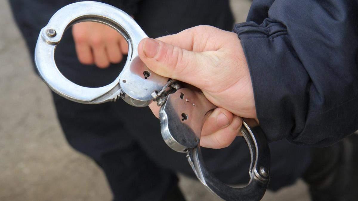 На Харківщині чоловік жорстоко зарізав дитину на кладовищі