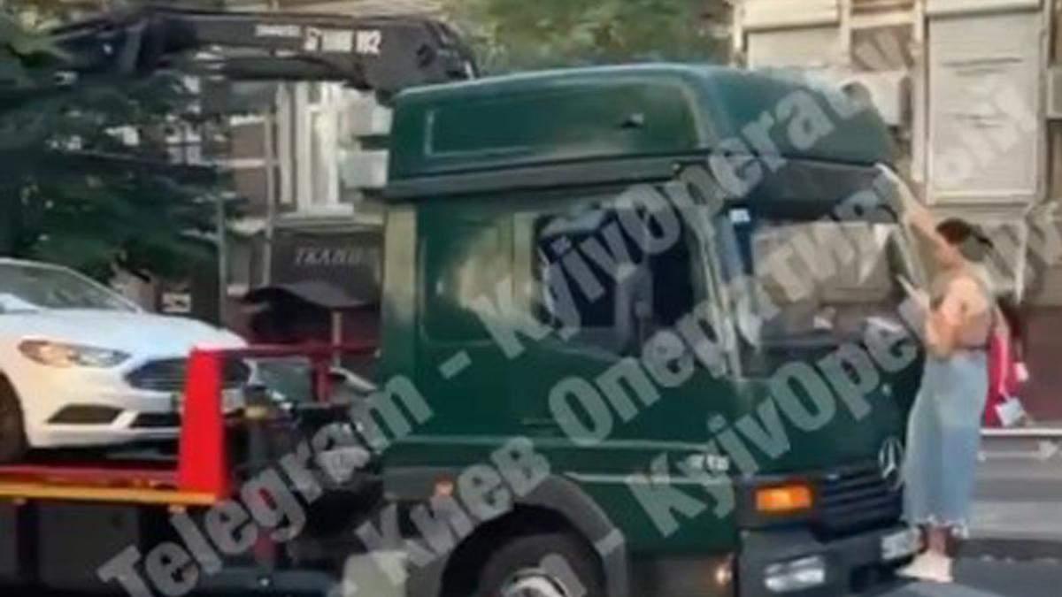 В Киеве женщина залезла на эвакуатор, чтобы он не забрал ее машину