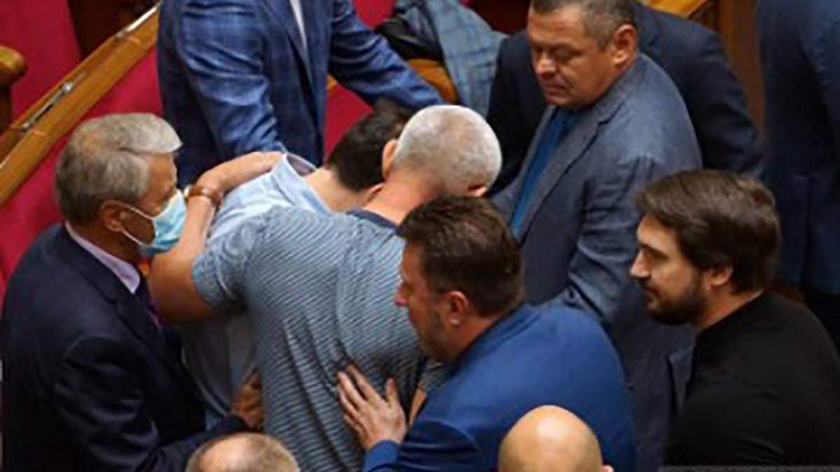 Бійка в Раді: почубились слуга Сольський та Івченко – відео, фото