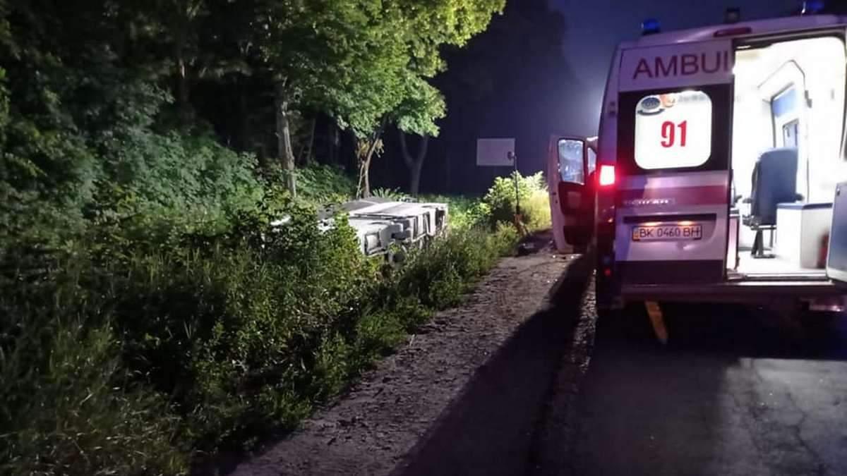 На Ровенщине перевернулся автобус с людьми: 16 пострадавших