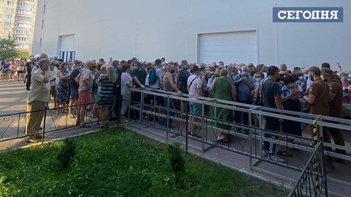В Киеве - огромная очередь на вакцинацию от COVID-19