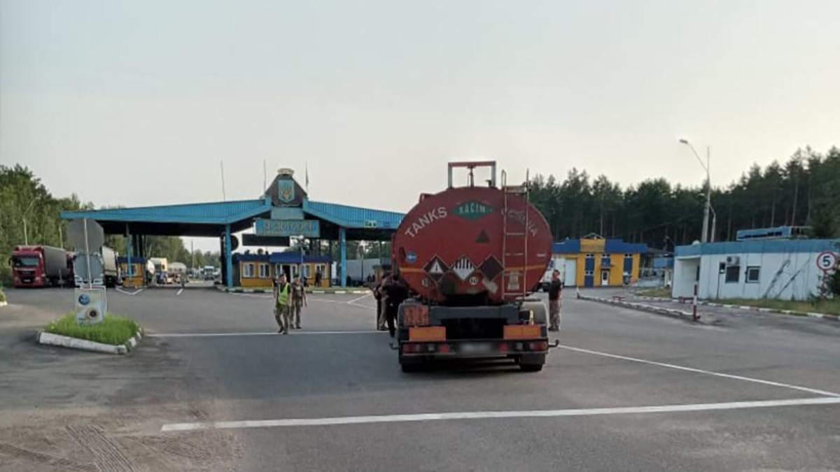 На границе с Беларусью пьяный дальнобойщик сбил шлагбаум: видео