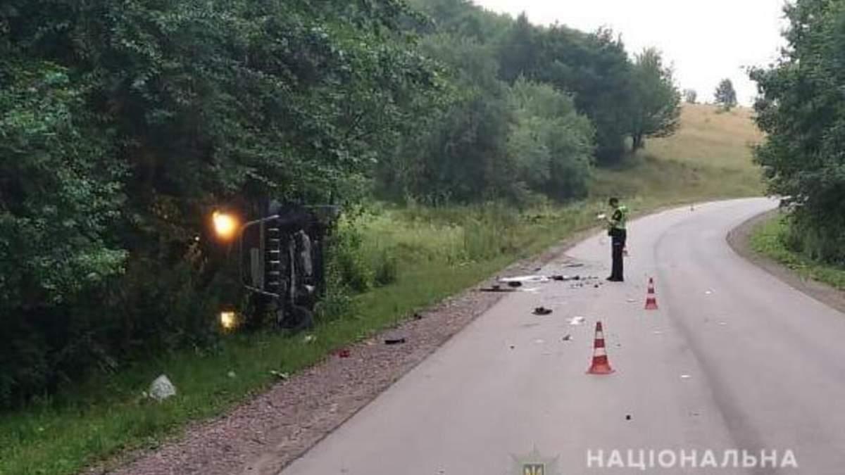 Вилетів у кювет та перекинувся: на Львівщині трагічно загинув водій мікроавтобуса – фото