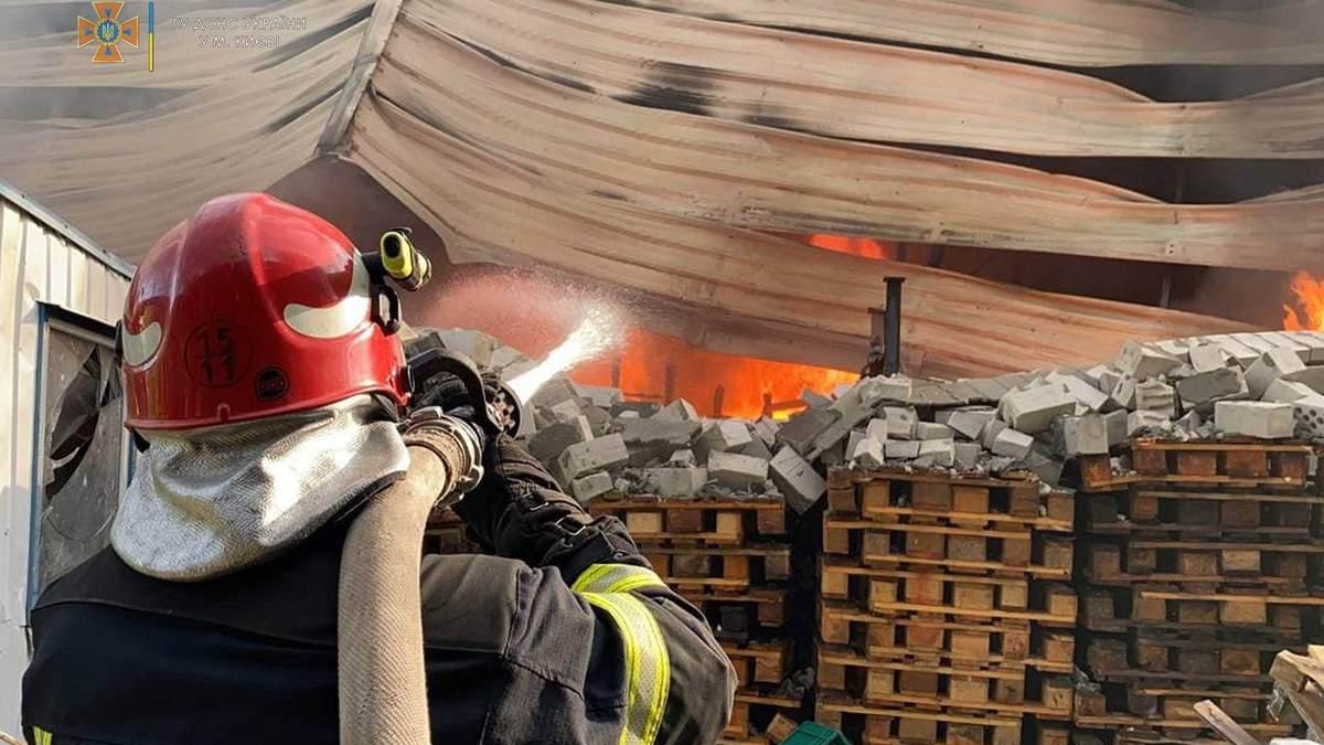 У Києві на Голосієво горять склади з продуктами - 24 Канал