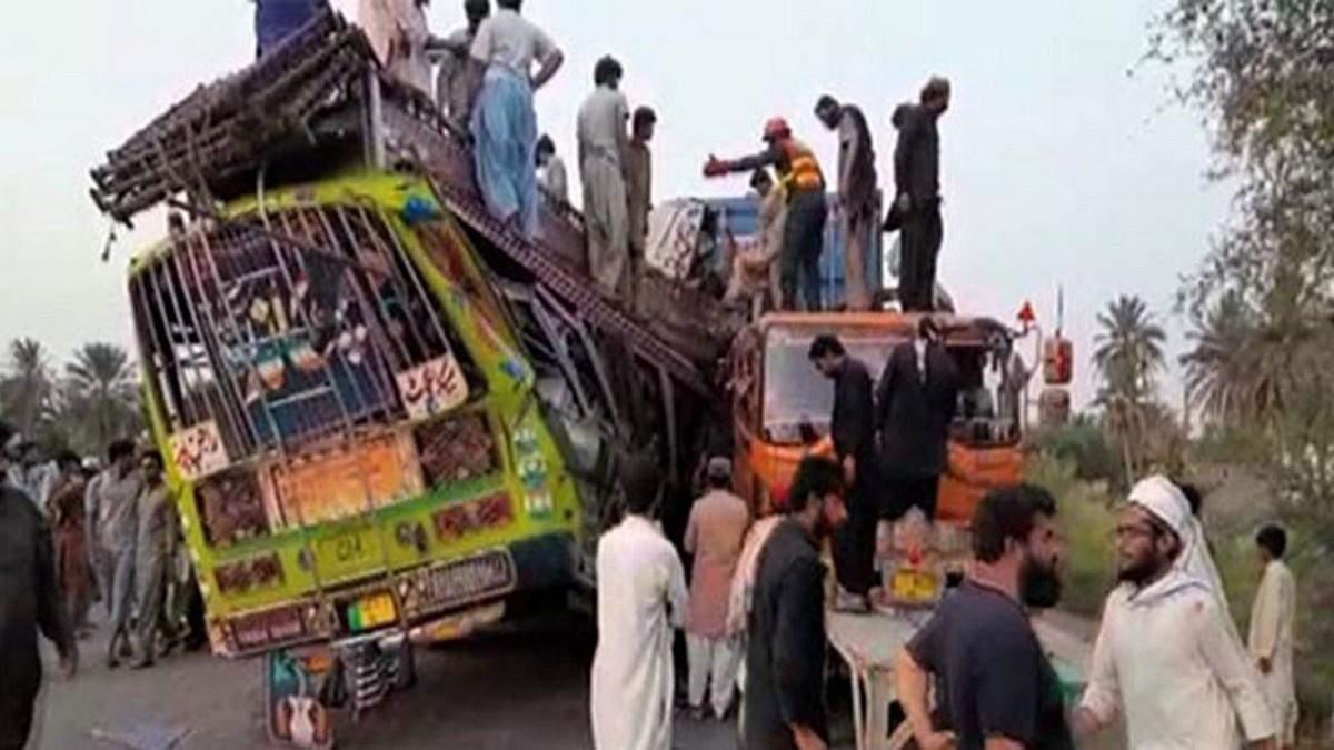Страшная авария автобуса в Пакистане: погибли 27 человек
