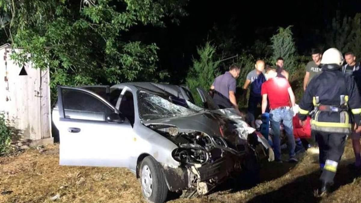 На скорости влетел в столб: в сокрушительной ДТП на Львовщине пострадали 2 человека - фото