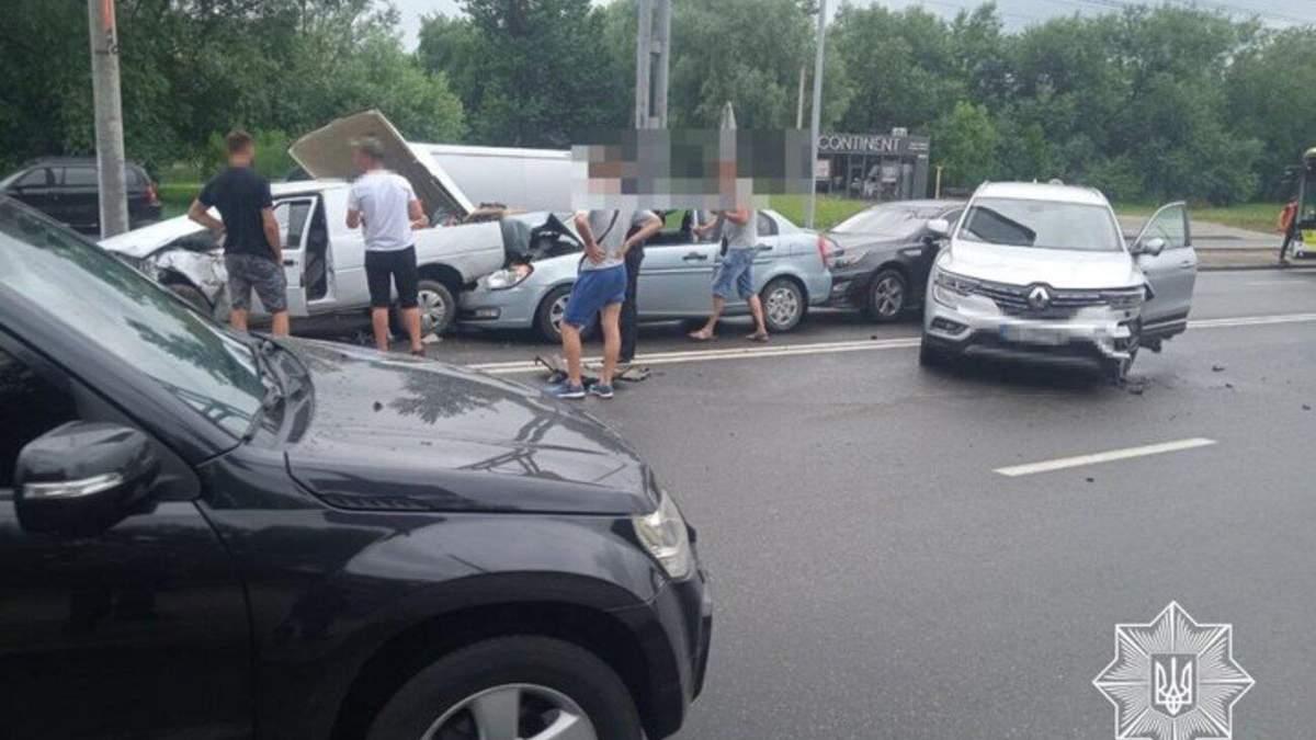 Масштабное ДТП во Львове: столкнулись сразу 6 автомобилей - фото