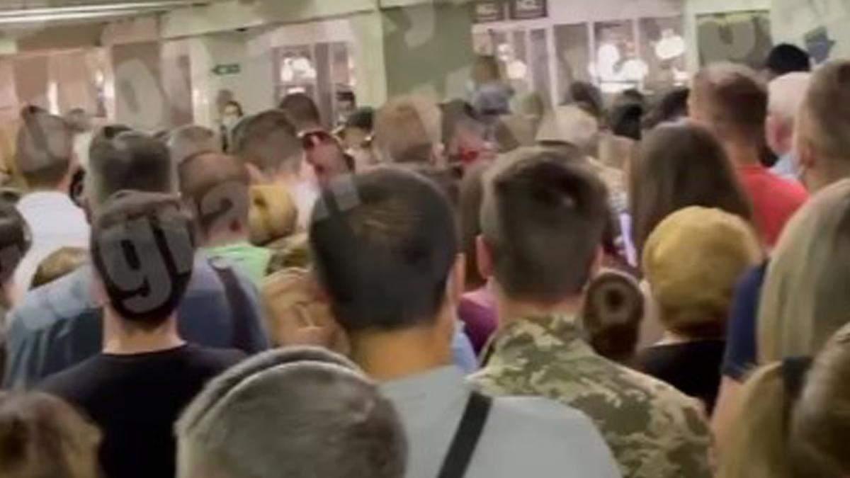 В Киеве на станции Академгородок снова проблемы: толпы