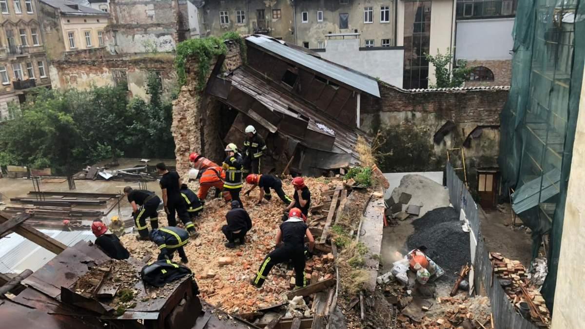 Під завалами стіни у центрі Львова 19 липня 2021 загинув неповнолітній: нові деталі трагедії – фото
