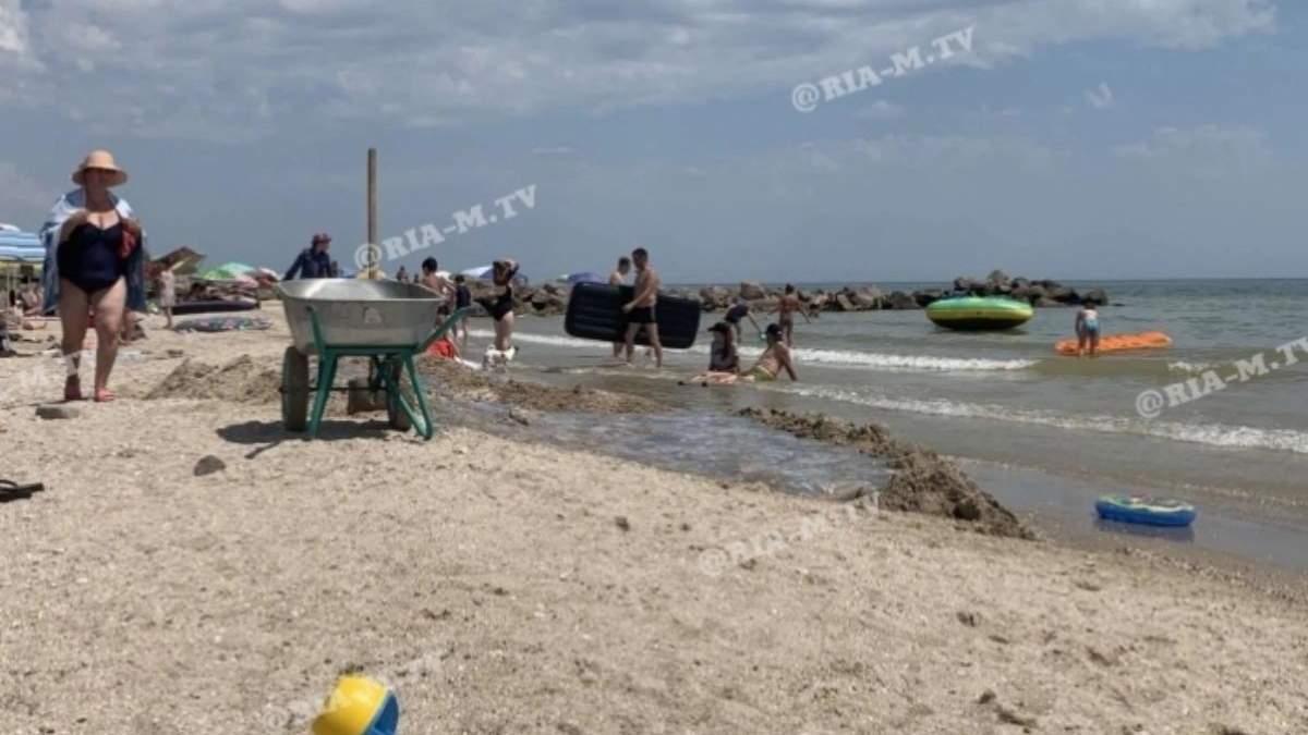 У Кирилівці туристка провалилася в яму з медузами на пляжі