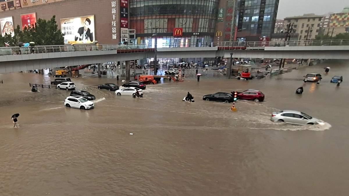 Злива 20 липня 2021 затопила китайський Чженчжоу: фото, відео
