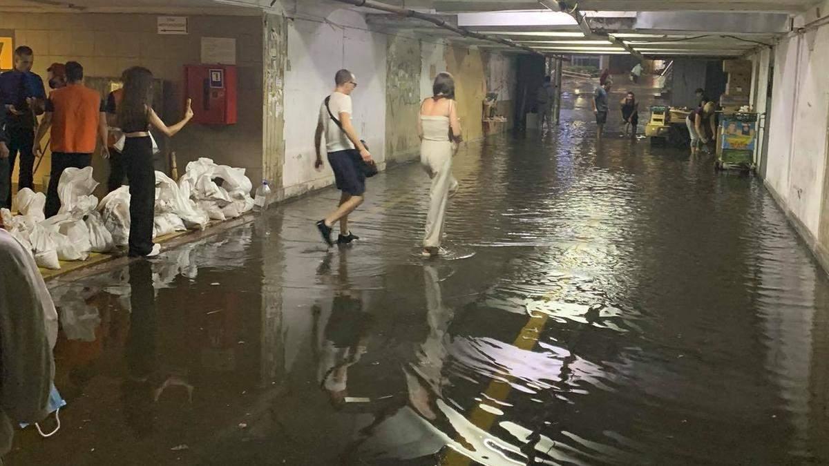 Киев снова накрыл ливень, затопило Позняки