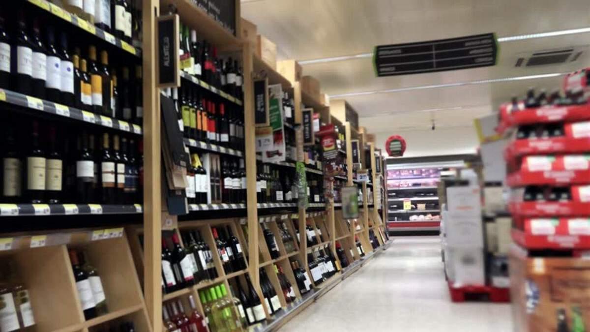 В Україні хочуть заборонити продаж сигарет та алкоголю у супермаркетах