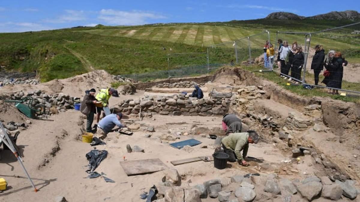 На побережье в Уэльсе нашли сотни скелетов