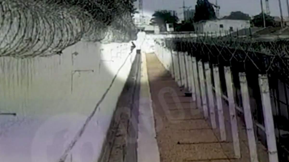 Як чоловік тікав із СІЗО Одеси: відео – охорона не зреагувала