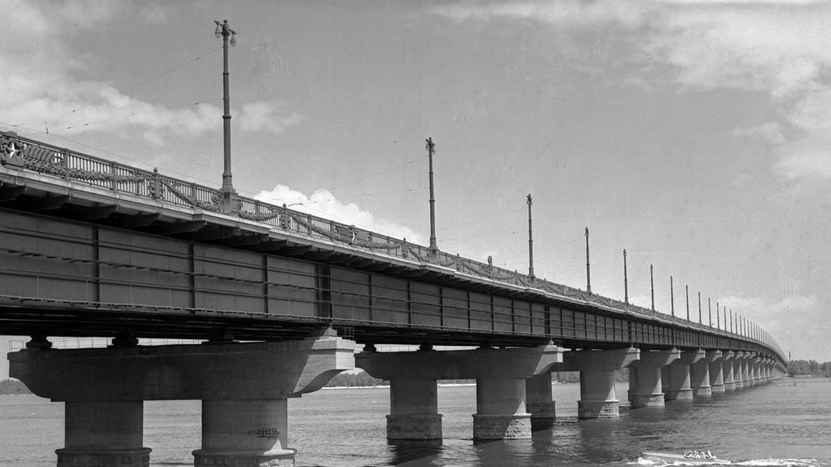 У Києві на мосту Патону знову водоспад: втретє за місяць