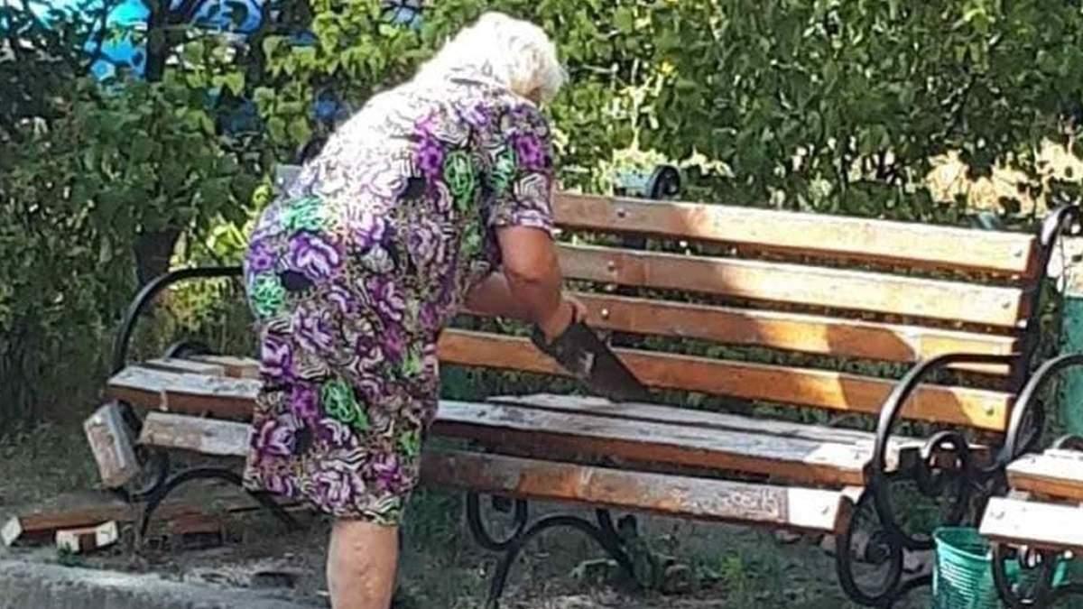Комунальники демонтували лавку, яку спиляла у Києві пенсіонерка