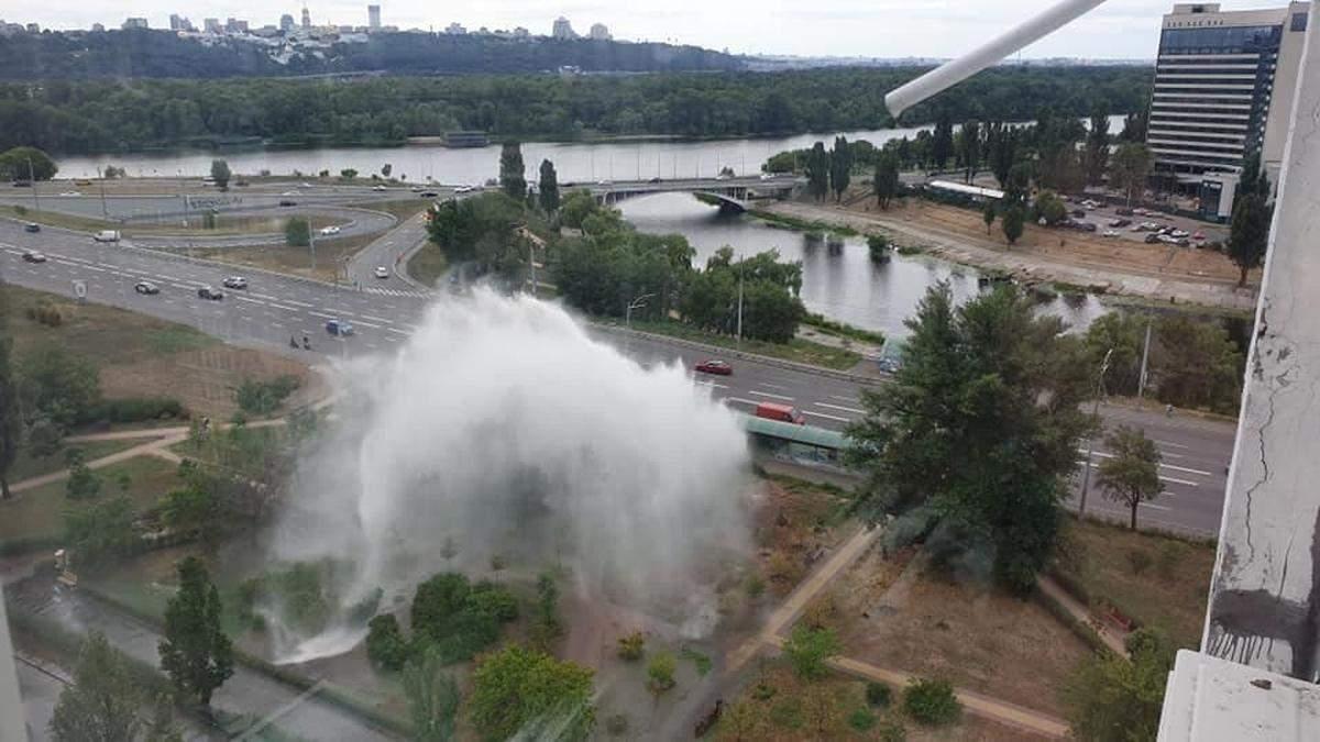 На Русановке в Киеве из-под земли бил огромный фонтан воды