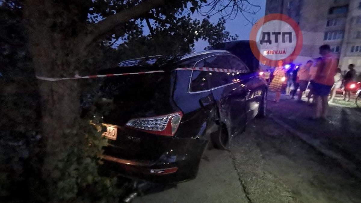 У Києві на Оболоні п'яна водійка Audi збила стовп та влетіла у дерево