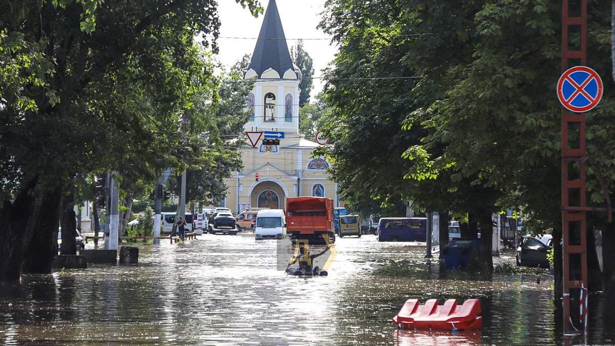 Неистовый ливень в Одессе: утонула маршрутка с людьми – видео