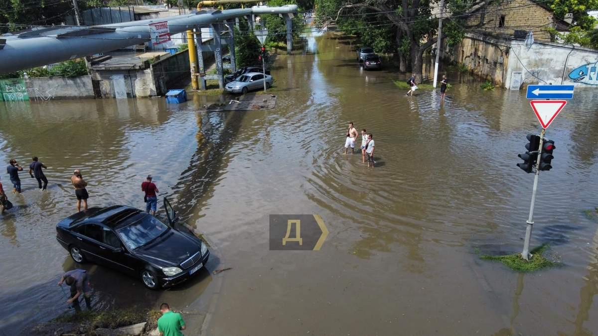 Потоп в Одессе: тело человека унесло потоком воды в море – видео
