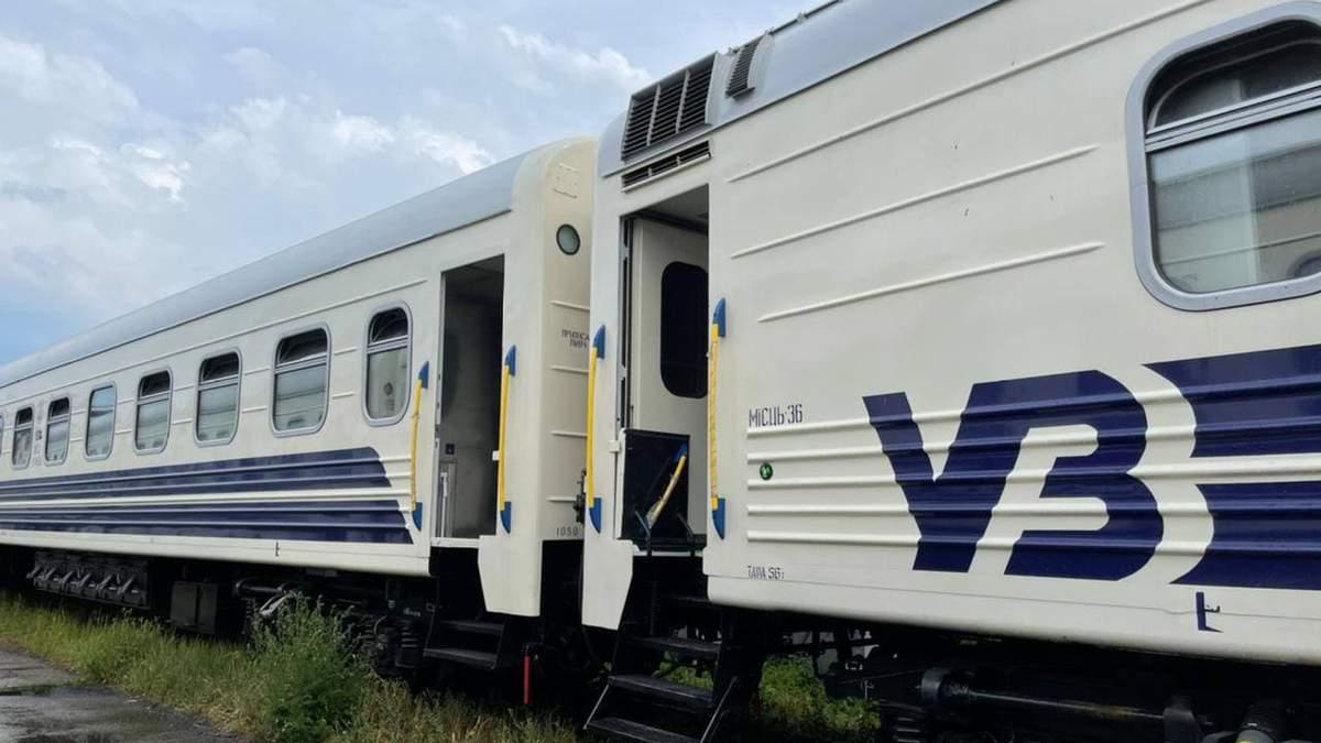 Укрзализныця показала обновленные вагоны с новой техникой: фото