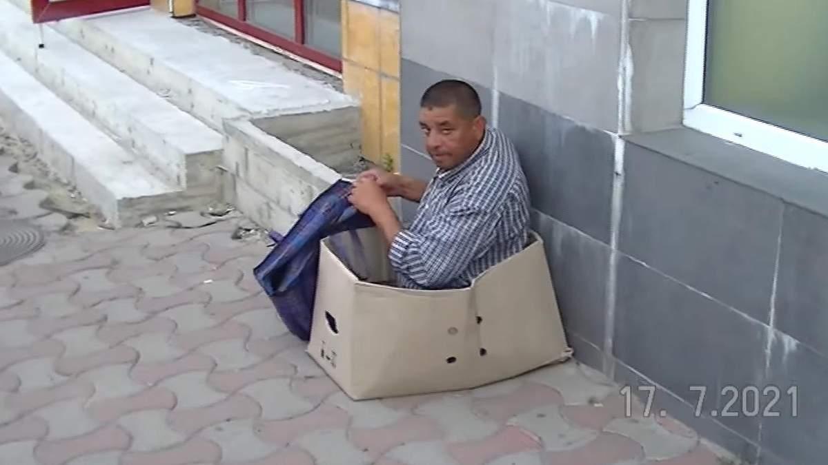 В Черновцах охранники Калиновского рынка исцелили нищего: видео