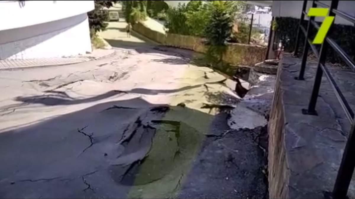 Великі тріщини та ями: в Одесі може обвалитися набережна – відео