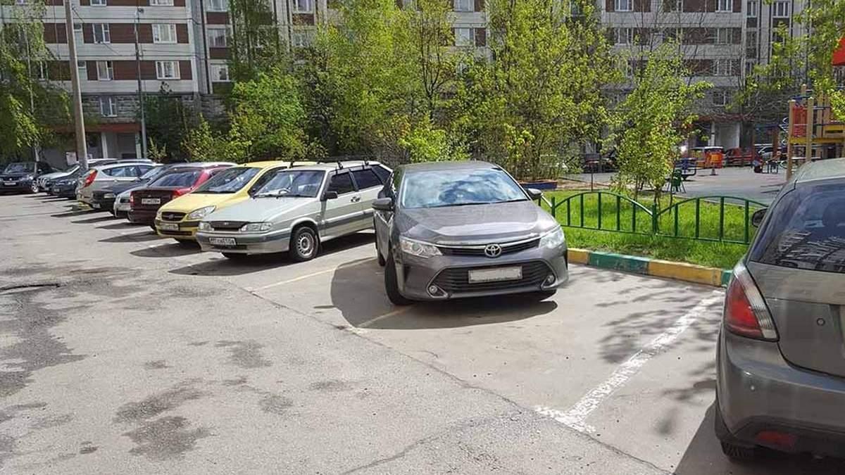 В Киеве на Воскресенке мужчине оставили необычное послание на машине