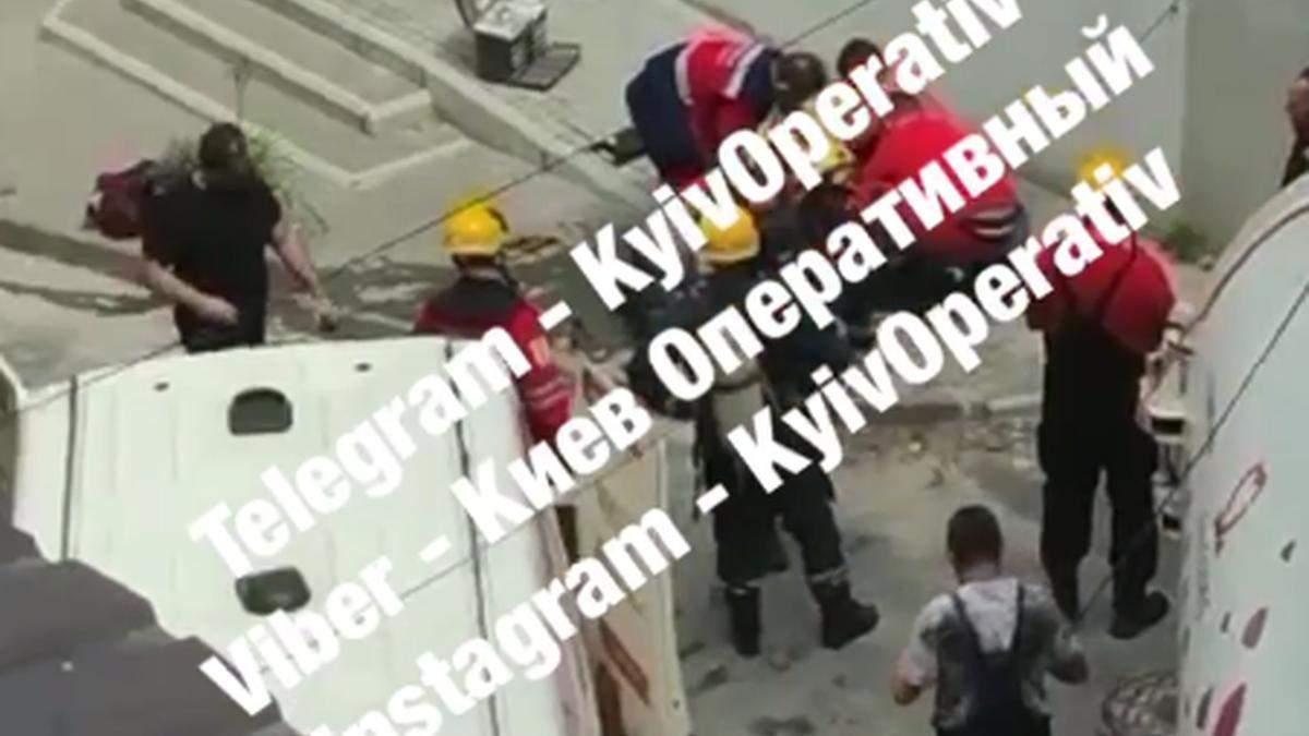 В центре Киева 3 коммунальщиков едва не погибли в канализации