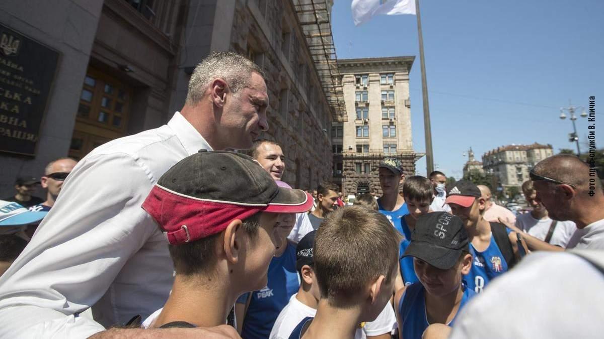 Біля КМДА на честь відкриття Олімпіади підняли прапор НОК