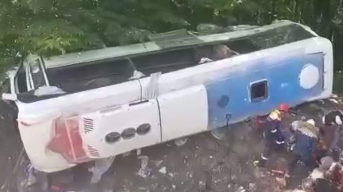 У Росії туристичний автобус злетів у прірву: є жертви та постраждалі