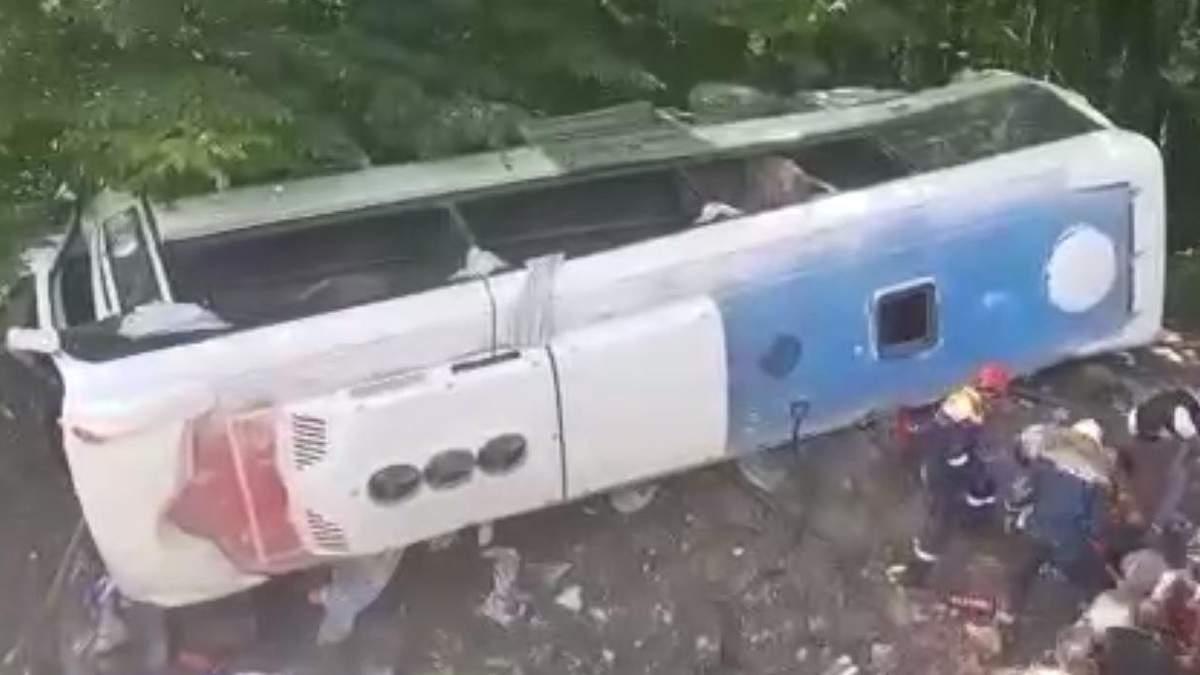 В России туристический автобус слетел в пропасть: есть жертвы